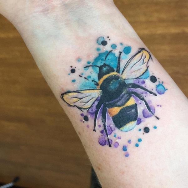 52 Ideas para Tatuajes de Abejas con Significado 28