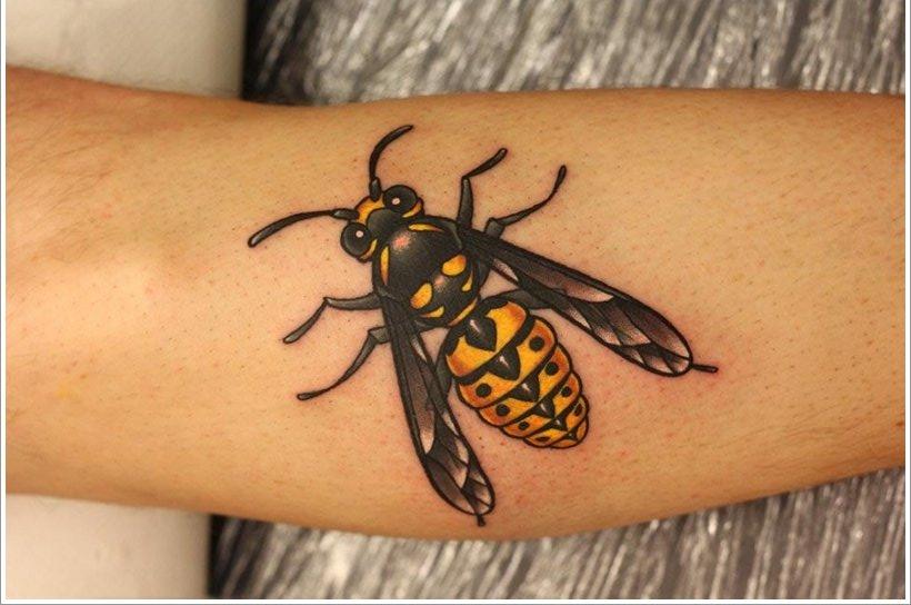 52 Ideas para Tatuajes de Abejas con Significado 40