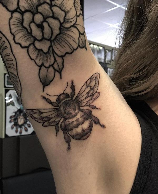 52 Ideas para Tatuajes de Abejas con Significado 41