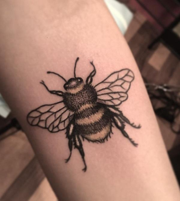 52 Ideas para Tatuajes de Abejas con Significado 42