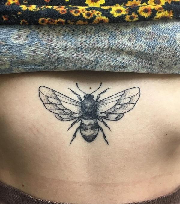 52 Ideas para Tatuajes de Abejas con Significado 43