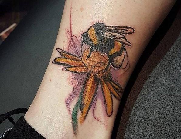 52 Ideas para Tatuajes de Abejas con Significado 47