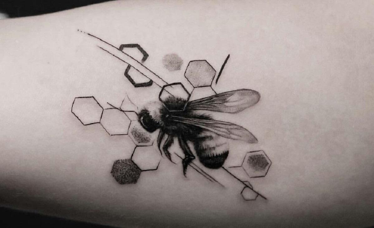 52 Ideas para Tatuajes de Abejas con Significado 33