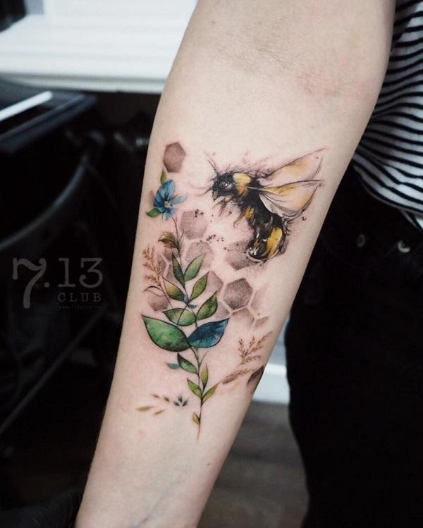 52 Ideas para Tatuajes de Abejas con Significado 27