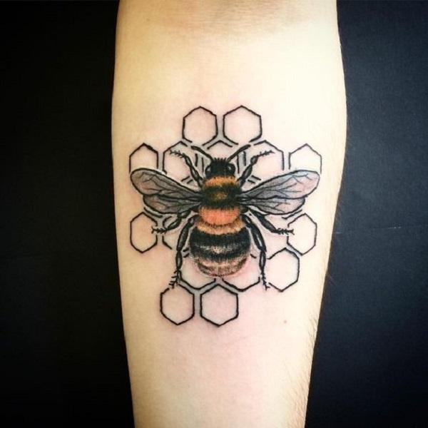 52 Ideas para Tatuajes de Abejas con Significado 3