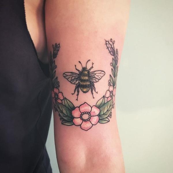 52 Ideas para Tatuajes de Abejas con Significado 14