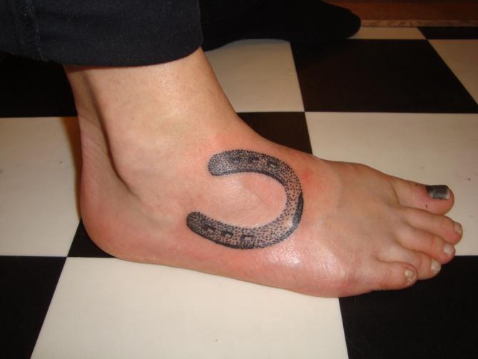 78 Ideas para Tatuajes de Herraduras (+Significado) 60