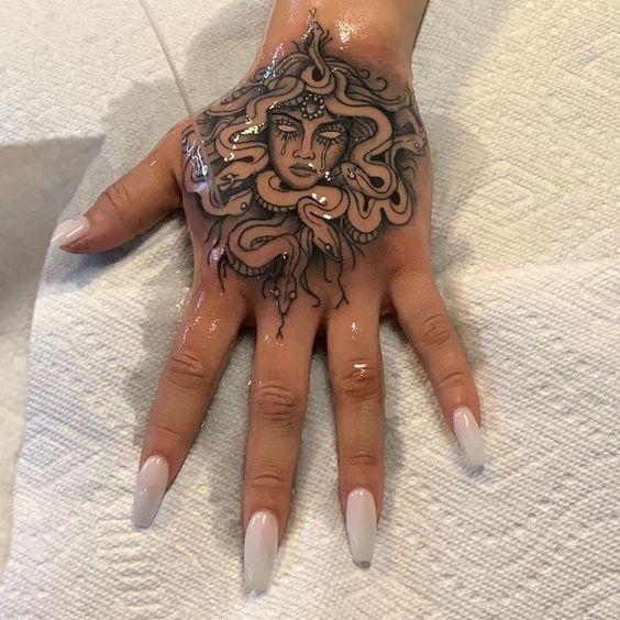 Tatuajes de Medusas: 50 Ideas y sus Significados (+Leyenda) 43